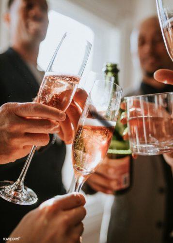 8 Марта. Дамы пьют шампанское